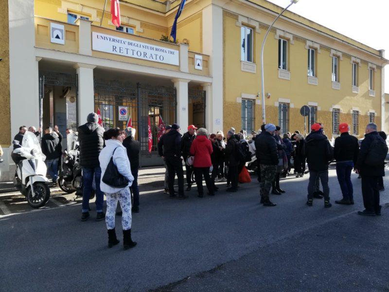 Roma, i lavoratori degli appalti di Roma III bloccano l'Ostiense