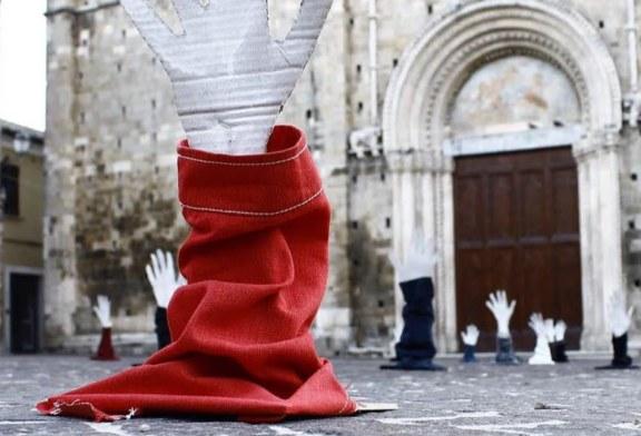 Le mani che affondano in piazza. La protesta anti Salvini degli artisti di Atri