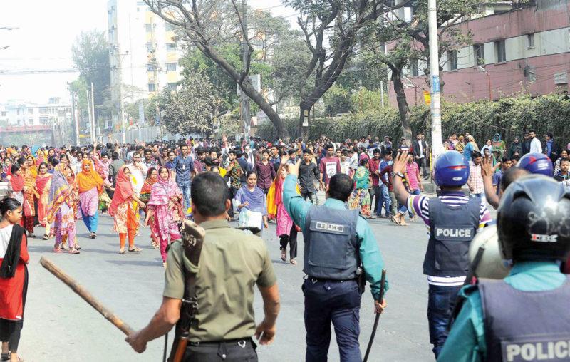 Bangladesh, milioni di lavoratori del tessile in sciopero