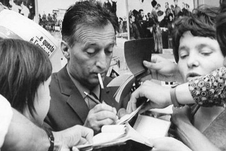 Il no al grembiule di Gianni Rodari: «La scuola non è una caserma»