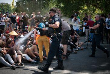 Parigi, troppi lacrimogeni. Il commissario sviene