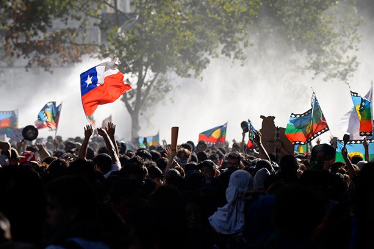 Giovani adulti, istruiti e incazzati. Chi sono i manifestanti cileni