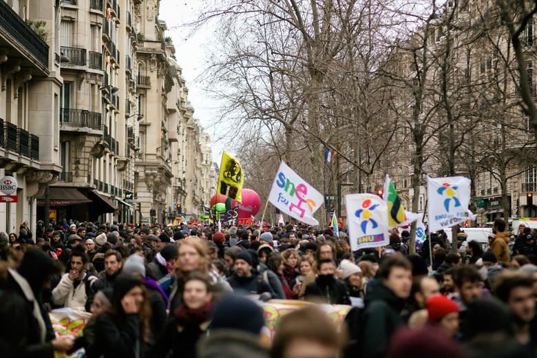 Francia, la gauche è con chi sciopera ma ancora non basta