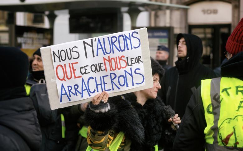 Polizia violenta in Francia, il potere è violento perché è il potere