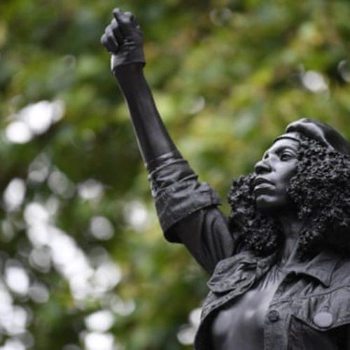 Una manifestante black al posto del mercante di schiavi