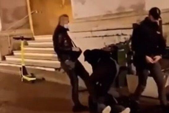 Parma, poliziotto violento: «Scusi, lei scalcia?»