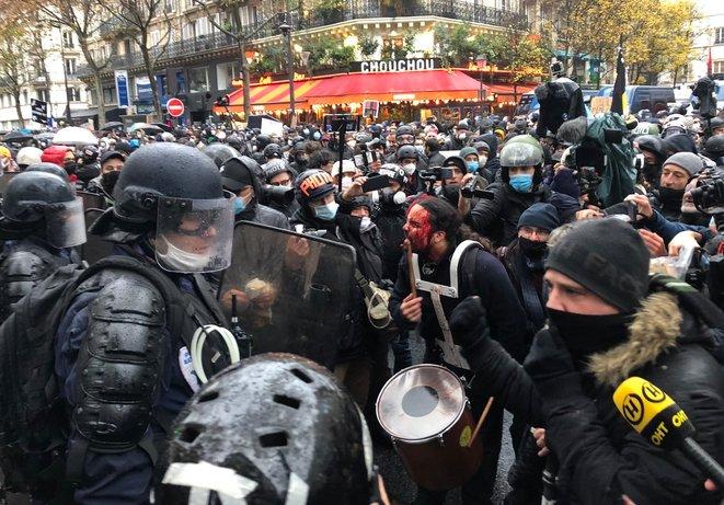 La polizia si scatena a Parigi, è l'insécurité globale di Macron