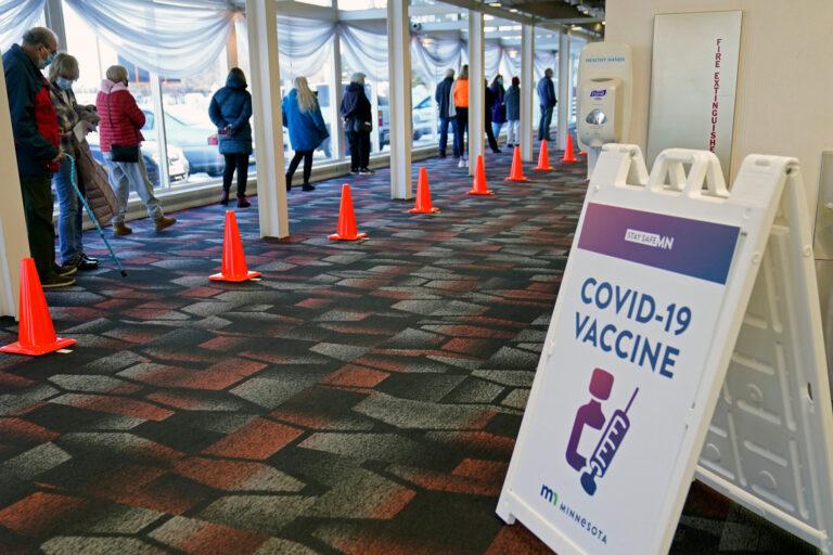 La guerra dei vaccini e la guerra alle varianti